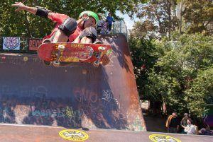 Skate estilo rampa.